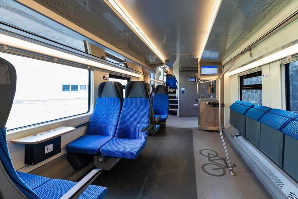 Dvoupodlažní push-pull vlaková souprava 13EV na zkušebním železničním okruhu u Velimi.