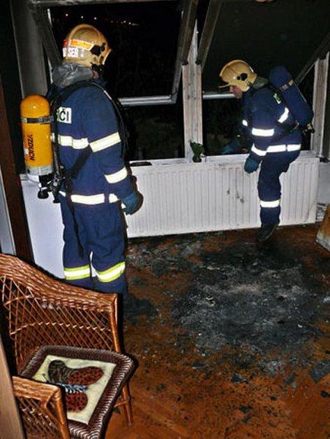 Vyhořelý byt po vzplanutí vánočního stromku.