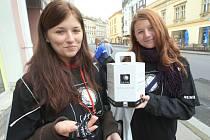 Mladé dvojice budou v ulicích Kolína prodávat bílé pastelky celou středu