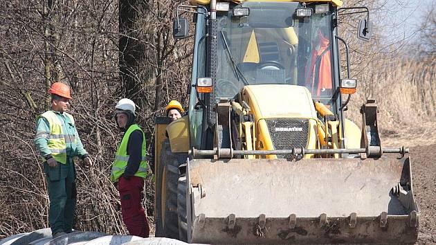Práce na kanalizaci v Kořenicích