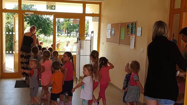 Nácvik evakuace v Mateřské škole v Cerhenicích.