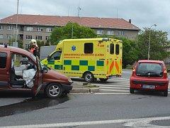 Nehoda zbrzdila provoz na kruhovém objezdu