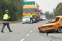 Nákladní automobil se srazil se škodovkou na silnici I/12 u odbočky na Křečhoř