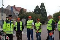 Ředitel městské policie Viktor Prokeš vyložil novým pomocníkům jejich práci přímo u  přechodů pro chodce.