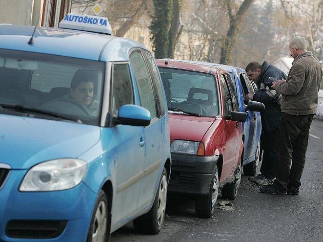 V ulici Politických vězňů v Kolíně do sebe narazilo postupně pět aut.