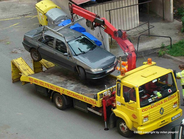 Odtahy vozidel při blokovém čištění v Grégrově ulici v Kolíně