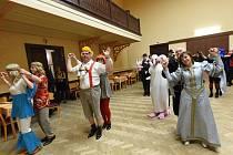 Maškarní hodina v tanečních kurzech pro dospělé v Kolíně