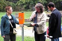 Andrea Kornucová a Petr Steklý spolu s moderátorem Lubošem Votroubkem (uprostřed) ukázali jeden z nových stojanů na psí hromádky. Ten byl následně slavnostně osazen v lesoparku Borky, které pejskaři rádi využívají k hezkým procházkám.