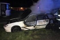 Noční požár osobního automobilu v Pečkách.