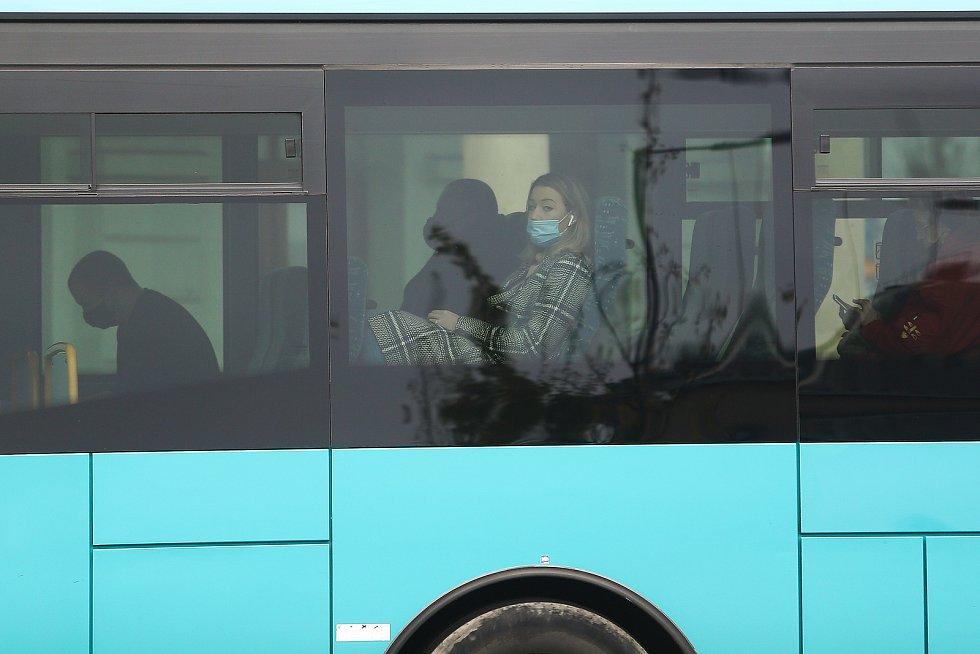 Roušky na zastávkách a v autobusech v Kolíně ráno 21. října 2020.