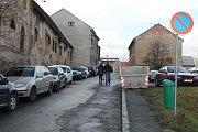 Školská ulice dnes opravdu není pěknou spojnicí mezi nádražím a centrem Kolína (stav leden 2018).