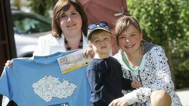 Michal Myška vyhrál tričko a sázkový kupon v hodnotě 100,–kč od Fortuny. Cenu za svého manžela převzala manželka Iveta se synem Michalem a dcerou Anetkou.