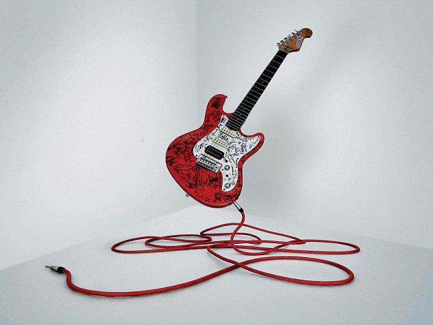 Kytara, která je nyní v dražbě.