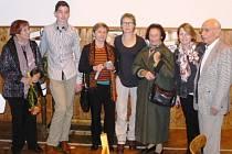 Několik z účastníků slavnostního setkání. Zleva:  manželka Mária Petrovského,  Jan Nechanický, Věra Egermayerová,  Ann Sharp, manželka Petera Glasera, Mary Marlowe, Peter Glaser.