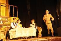 Tety opět nabízely otrávený čaj v kolínském divadle