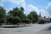 Mírové náměstí, ležící v centru Kouřimi, s jeho dominantou kostelem Svatého Štěpána, muzeem a parkem