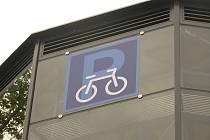 Výstavba cyklověže na kolínském nádraží.
