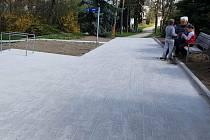 Opravený chodník u zdravotního střediska v Úvalech.