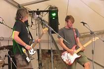 Na Fesťáku na tvrzi vystoupilo několik kapel.