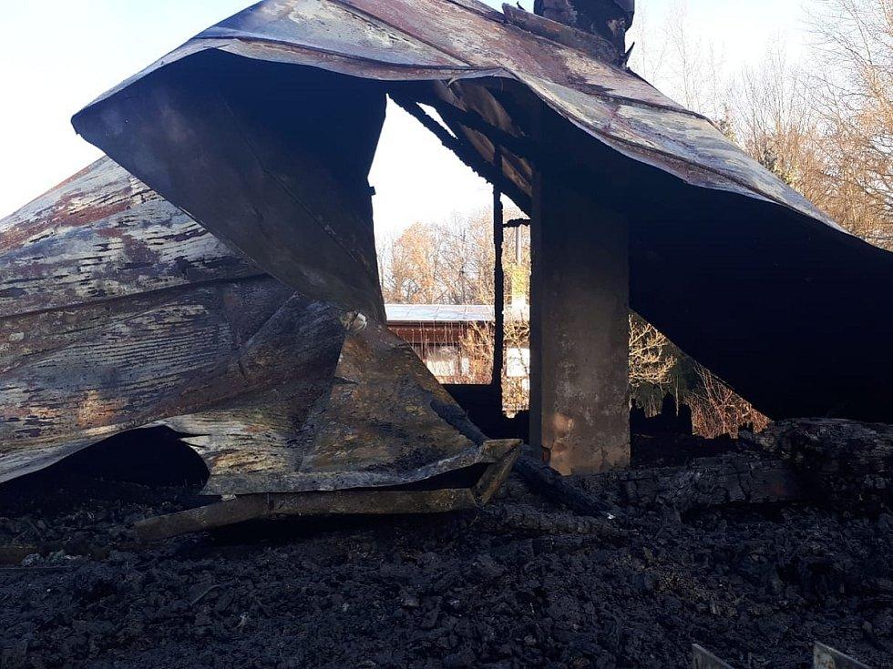 Následky nočního požáru chaty v rekreační osadě Havírna u Černých Voděrad.