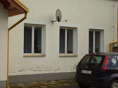 Bytový dům v Chocenicích a satelitní anténa, kvůli níž dostala Michaela Holečková výpověď.