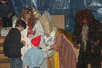Mikuláš s čerty a andělem zavítal i do Doubravčic, kde na něj čekala necelá stovka dětí