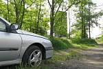 Autovrak u příjezdové cesty ke kolínské věži Práchovna.