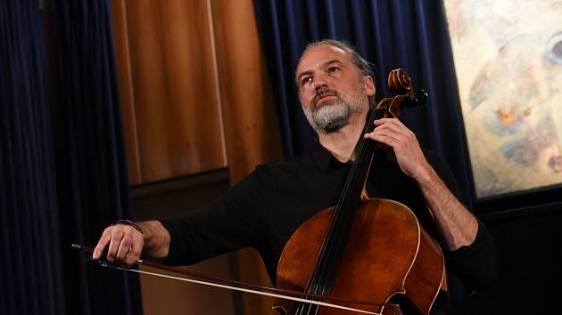 Z koncertu violoncellisty Jiřího Bárty v Městském společenském domě v Kolíně.