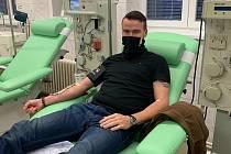 Krajský zastupitel Tomáš Havlíček při odběru covid plazmy v kolínské nemocnici.