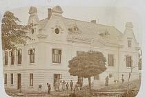 Budova škvorecké radnice těsně po dokončení v roce 1905