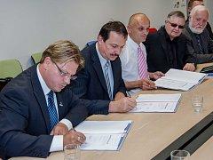 Předsedové odborů v TPCA (zleva) KOVO Ivo Navalaný, Nezávislé odbory Petr Bíba a ASO Imrich Rezek podepisují novou kolektivní smlouvu.