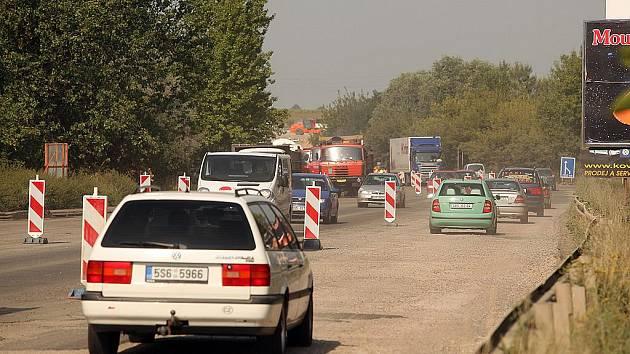 Oprava povrchu silnice v Pražské ulici.