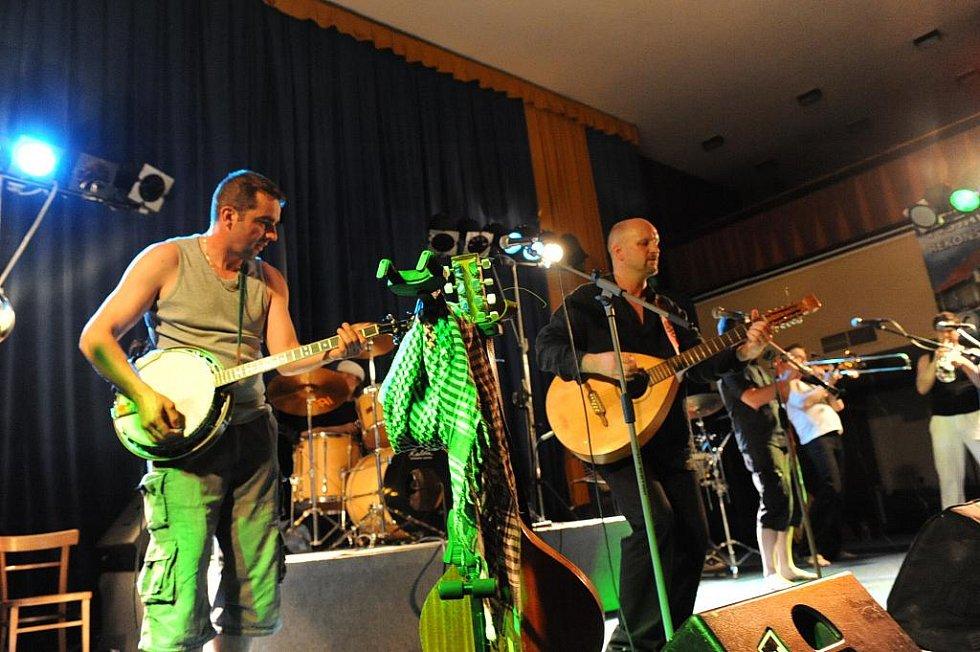Pořadatelé letošního 47. ročníku hudebního festivalu Kmochův Kolín připravili v dramaturgii přehlídky také večer pro milovníky i jiné hudby než klasické dechové.