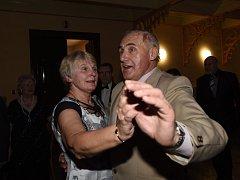 Hosté v slavnostních šatech odtančili odpolední ples na Zámecké.