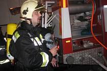Několik hasičských vozidel likvidovalo požár v Pečkách