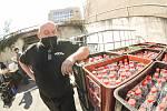 Z přípravy na distribuci dezinfekce občanům na dvoře u služebny Městské policie v Kolíně.