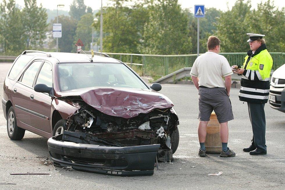 Dopravní nehoda na novém mostě v Kolíně.