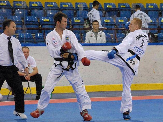 Kolínský taekwondista Marcel Heydušek (vpravo).
