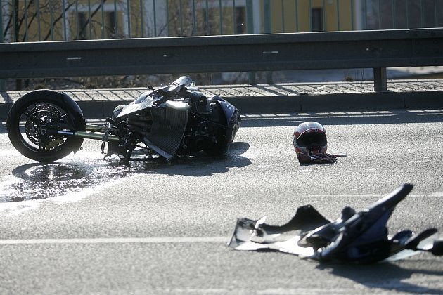 Střet osobního auta s motorkou na novém mostě zablokoval dopravu v prakticky celém Kolíně. 2.4. 2009