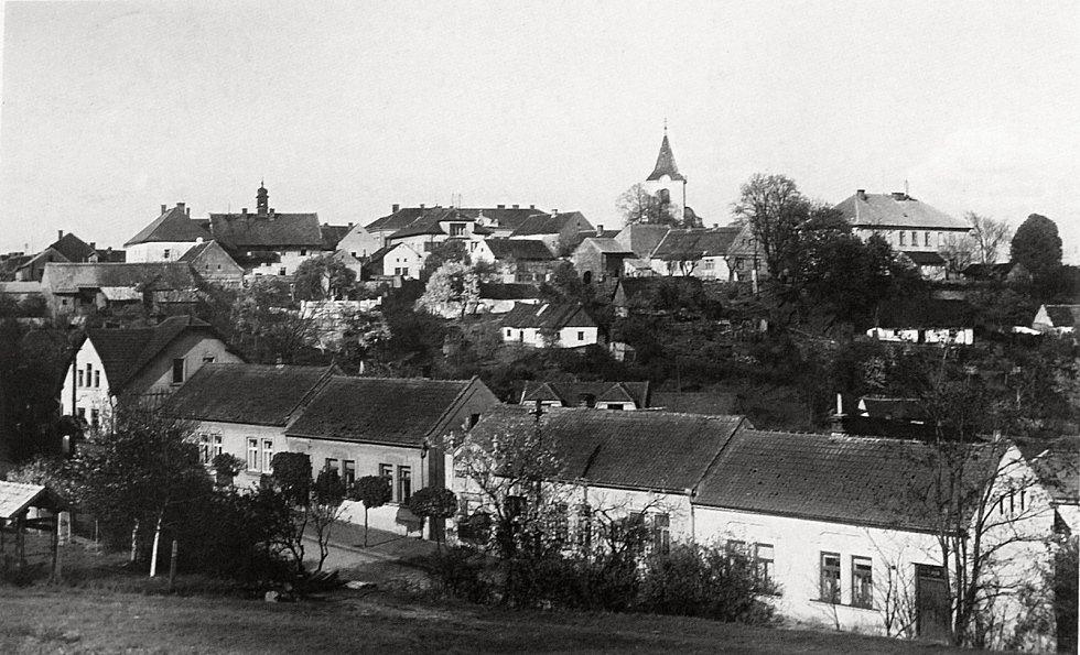 Týnec nad Labem leží na posledním vrcholku rozsáhlých Železných hor.
