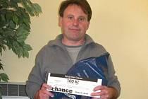 František Dostál si přišel vyzvednout dárkový sázkový certifikát Chance v hodnotě 100 korun a poukaz na pohoštění do restaurace Stoletá v hodnotě 300 korun.