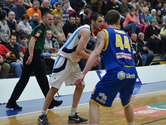 Z utkání BC Geosan Kolín - Ústí nad Labem (106:83).