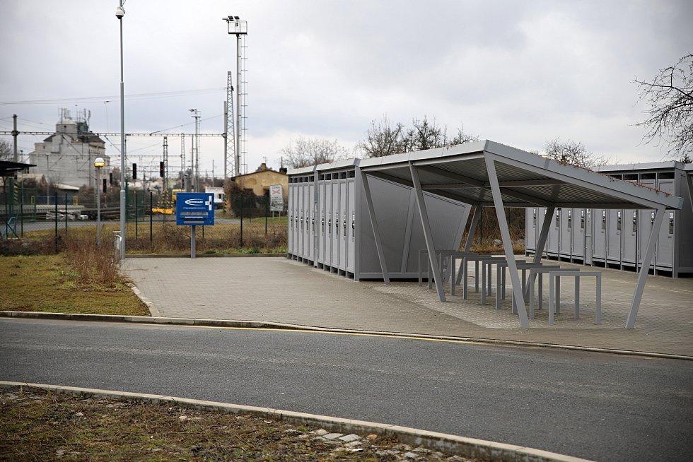 Parkoviště u nádraží v Českém Brodě.