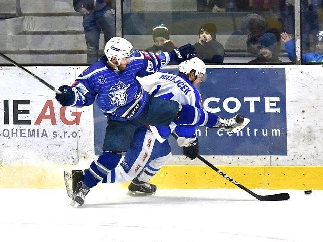 Druhý duel se hrál místy pěkně od podlahy. Dva hráči Kolína dokonce zápas nedohráli.