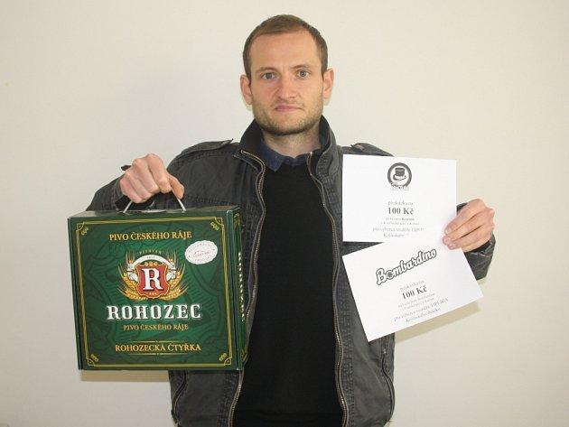 Michal Řípa vyhrál karton piv značky Rohozec, poukázku v hodnotě 100,-Kč do kavárny Kristián a poukázku v hodnotě 100,-Kč do Fresh baru Bombardino. Při přebíraní ceny pracovně zaneprázdněného vítěze zastoupil kamarád Tomáš Vávra.