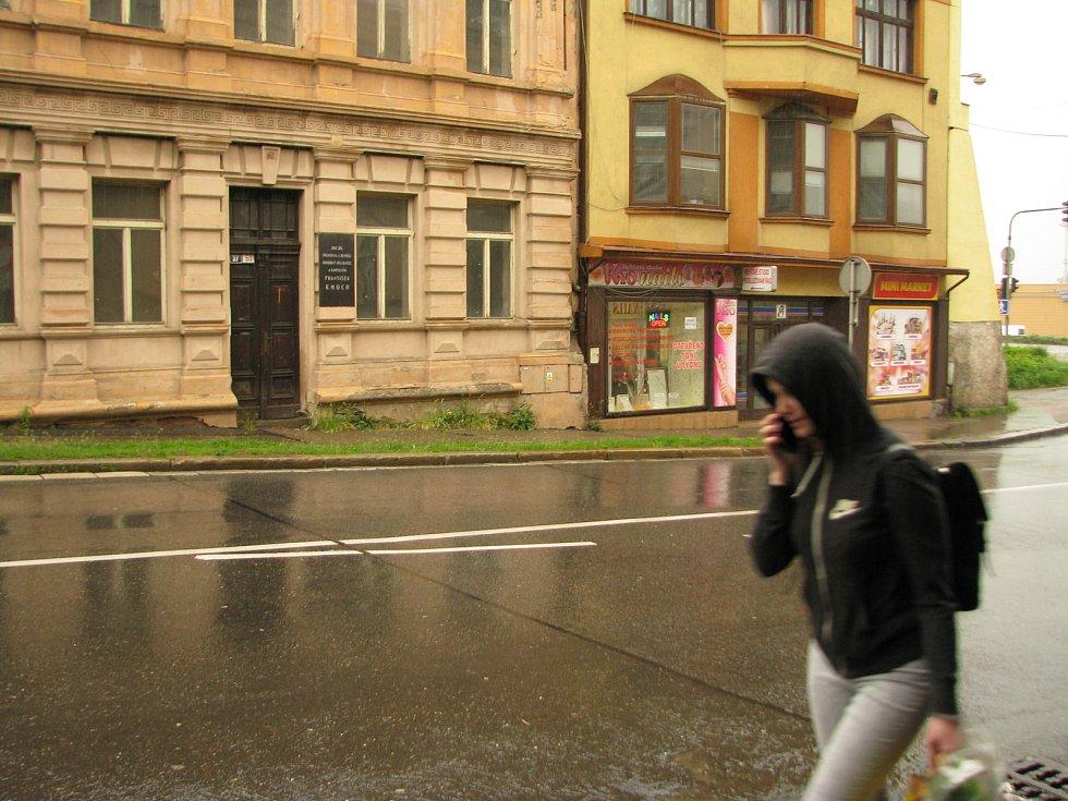 Kmochův dům v Kolíně je prázdný a podepisuje se na něm zub času.
