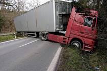 Dopravní nehoda kamionu na výjezdu z Kolína směrem na Veltruby.
