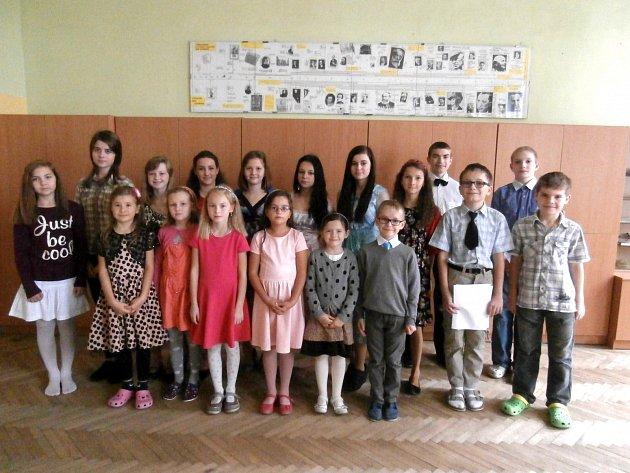 Žáci se slavnostně oblékli.