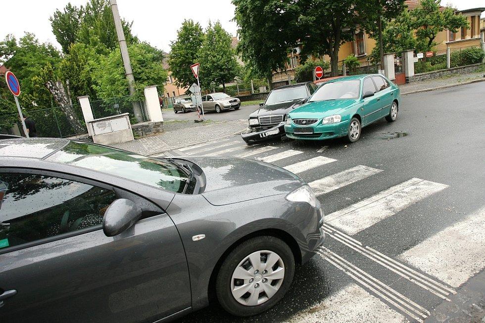 Dopravní nehoda na křižovatce ulic Benešova a V Zídkách