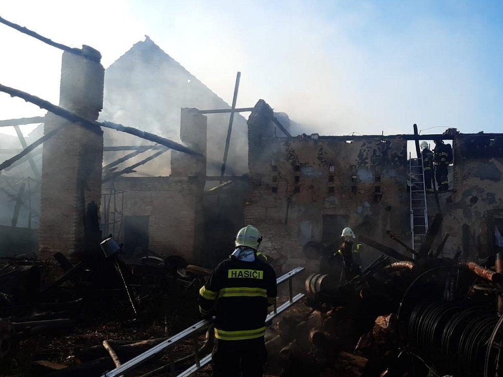 Při noční bouřce zapálil blesk stodolu na Kolínsku.